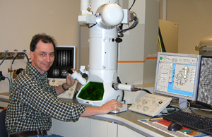 Daulton with the transmission electron microscrope he used to search in vain for shock-synthesized nanodiamonds.