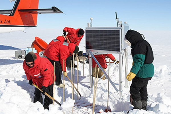 2010 Chilean earthquake triggered icequakes in Antarctica
