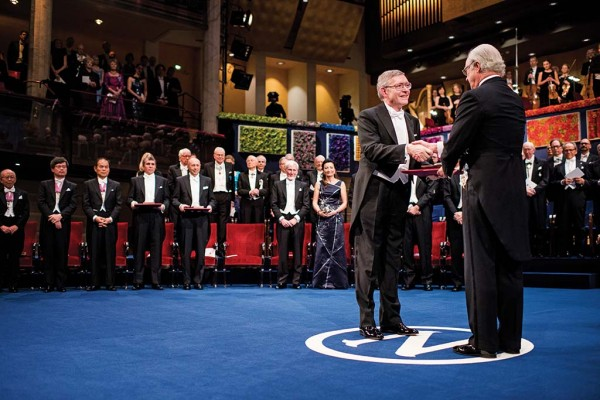 WUSTL Alum W. E. Moerner accepts the Nobel Prize from the King of Sweden.