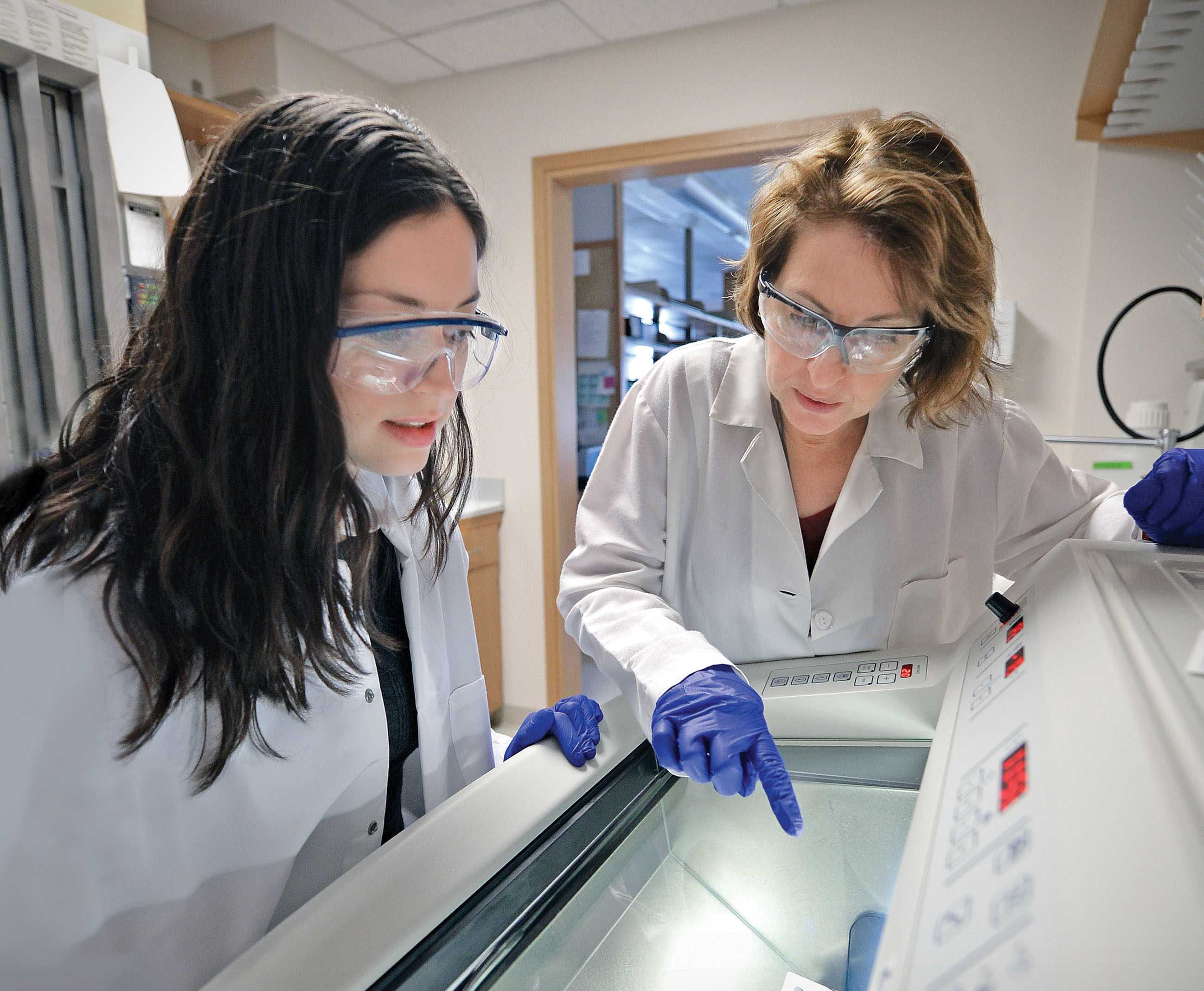 Lori Setton has always taken her role as a mentor of young female ­scientists, such as MD/PhD student Elizabeth Leimer (left), seriously. And as the president of the ­Biomedical ­Engineering Society, ­Setton is now in a position to help guide the direction of the field. (Photo: James Byard)