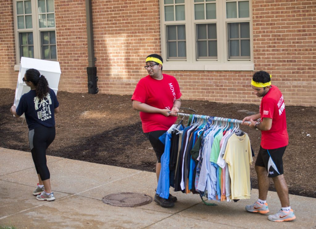 8.25.16-- Move In Day 2016 on the South 40 of the Danforth Campus of WUSTL. WUSA's help with moving students into the dorms. Photos by Joe Angeles/WUSTL Photos