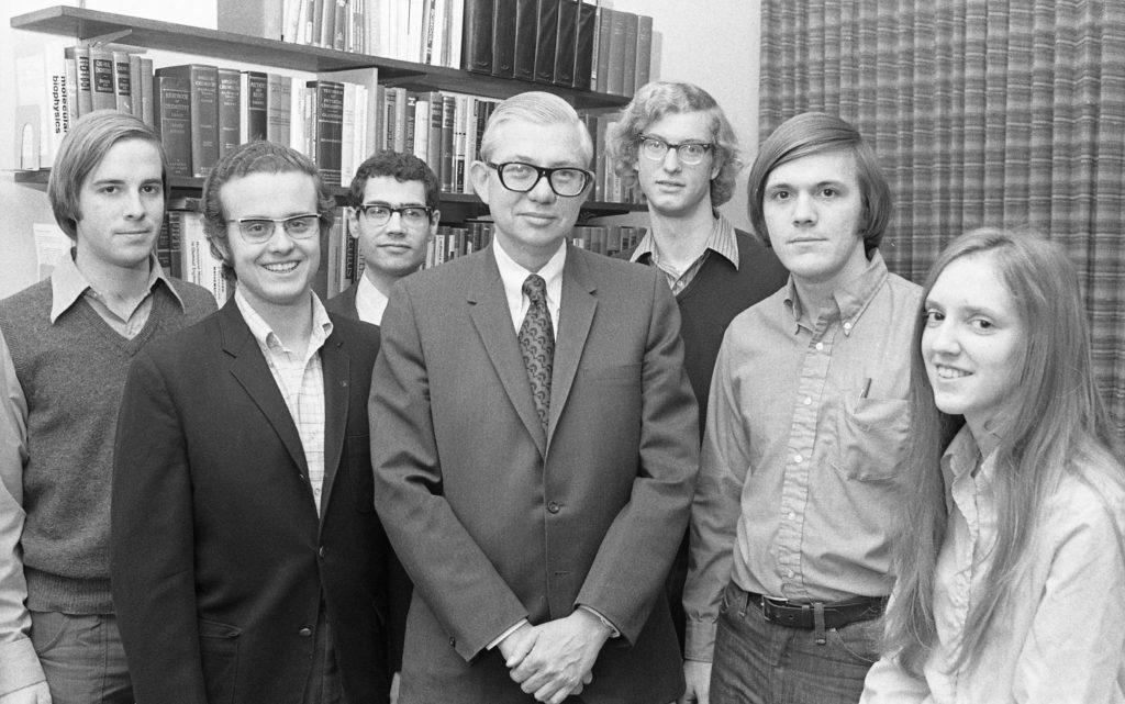 James McKelvey Sr., dean of the School of Engineering & Applied Science at Washington University 1964-1991, visits with the 1972 Langsdorf Scholars. Established by Dean McKelvey, the merit-based fellowship provides full tuition for engineering students who show exceptional academic promise.