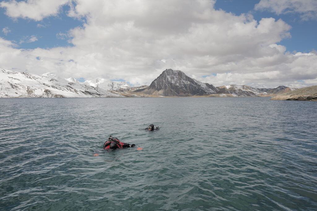 The scientists called on assistance from a scuba diving team to help them harvest sediment cores — another extraordinary event, as diving is almost never done at extreme altitudes. (Photo: Tom Malkowicz)